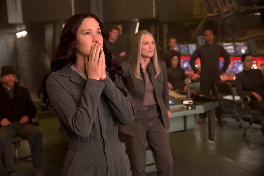 The-Hunger-Games-Mockingjay-Part-1-Jennifer-Lawrence-and-Julianne-Moore